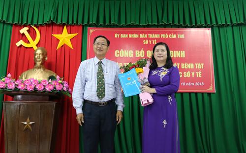 Ông Lê Văn Tâm, Phó Chủ tịch Thường trực UBND TP Cần Thơ trao Quyết định thành lập Trung tâm Kiểm soát bệnh tật thành phố Cần Thơ cho BS.CKII Bùi Thị Lệ Phi, Giám đốc Sở Y tế.