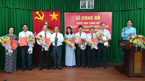 Đồng chí Lê Văn Thành, Thành ủy viên, Bí thư Đảng ủy Khối Cơ quan Dân Chính Đảng TP Cần Thơ trao Quyết định thành lập Đảng bộ và Ban Chấp hành Đảng bộ Trung tâm Kiểm soát bệnh tật thành phố, nhiệm kỳ 2018-2020.