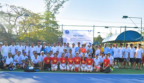 Ban tổ chức và các vận động viên thi đấu quần vợt chụp ảnh lưu niệm tại buổi khai mạc Hội thao ngành Y tế năm 2019. Ảnh: Lê Huy