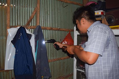 án bộ Trung tâm Kiểm soát bệnh tật TP Cần Thơ bắt muỗi, điều tra côn trùng tại các hộ dân trên địa bàn phường Tân Lộc, quận Thốt Nốt. Ảnh: Kim Nhiên