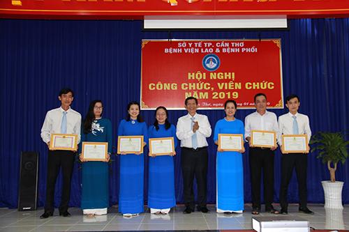 """BS Trần Mạnh Hồng, Giám đốc bệnh viện trao giấy khen cho các tổ công đoàn đạt thành tích trong đợt """"phát động phong trào thi đua năm 2019""""."""
