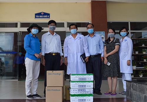 BS.CKI Huỳnh Văn Nhanh, Phó Giám đốc Sở Y tế thăm hỏi, tặng sữa, nước rửa tay, thuốc bổ cho ê kíp điều trị ca COVID-19 tại Bệnh viện Lao và Bệnh phổi TP Cần Thơ.