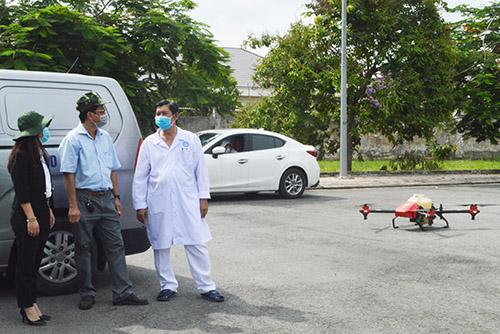 BS.CKII Trần Mạnh Hồng, Giám đốc Bệnh viện Lao và Bệnh phổi TP Cần Thơ đang trao đổi cùng các đối tác trong việc thực hiện khử khuẩn cũng như thực hiện phun xịt khử khuẩn toàn bệnh viện bằng thiết bị bay không người lái.